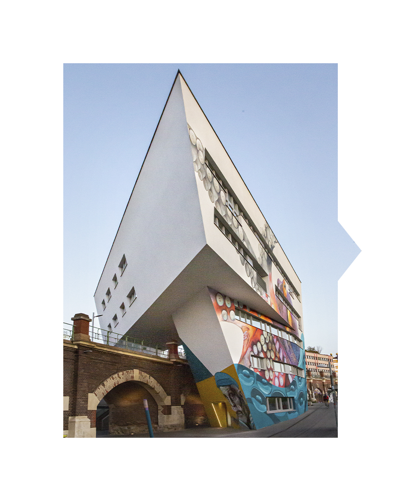 Urbi Urban Island Hotel Ansicht mit Graffitis am Donaukanal in Wien